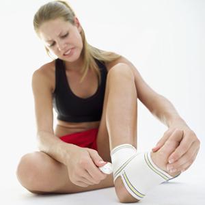 Растяжение связок, голеностопный сустав, травма, первая помощь