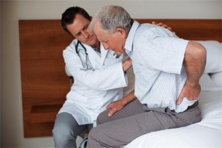осмотр у врача, боли в спине